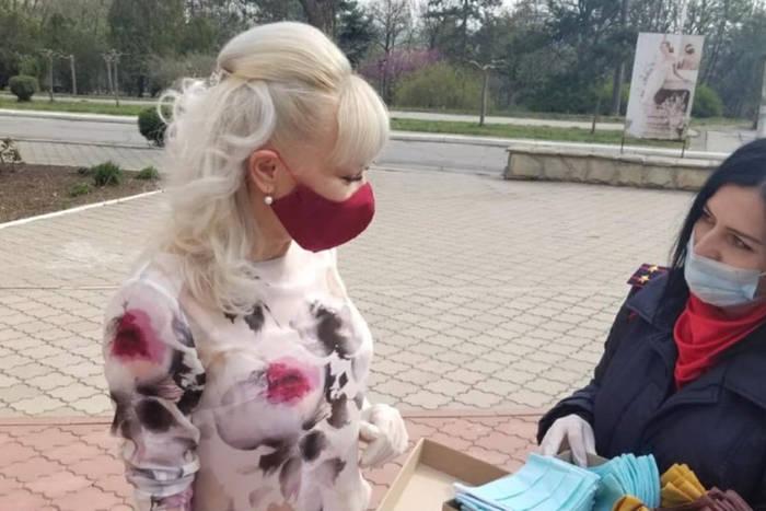 Бендерчанка передала 100 масок для сотрудников Слободзейской ЦРБ