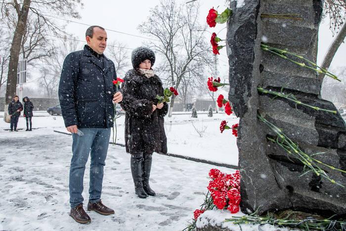 Члены еврейского центра «Хэсэд» возложили цветы к памятнику жертвам Холокоста