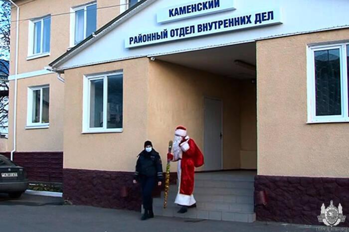 Дед Мороз – милиционер посещает детей из неблагополучных семей