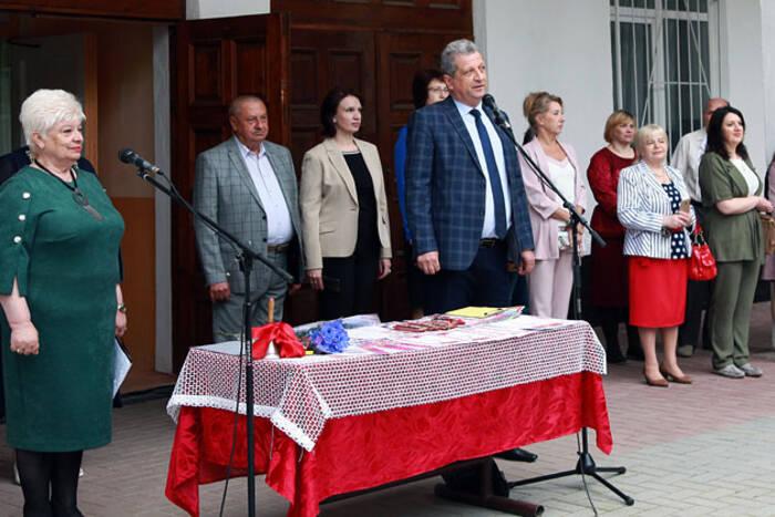 Депутаты Верховного Совета поздравили выпускников школ на своих избирательных округах