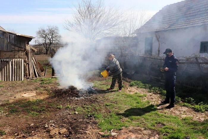 Двух жителей Чобруч оштрафовали за сжигание сухой листвы