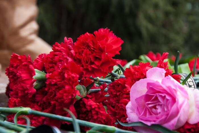 Глава государства возложил цветы к памятному знаку в честь женщин - защитниц ПМР
