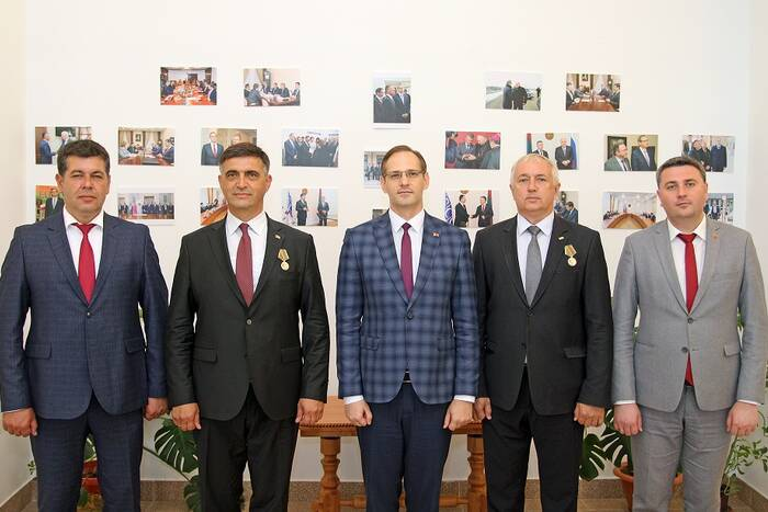 Главы представительств Абхазии и Южной Осетии награждены медалями «30 лет ПМР»
