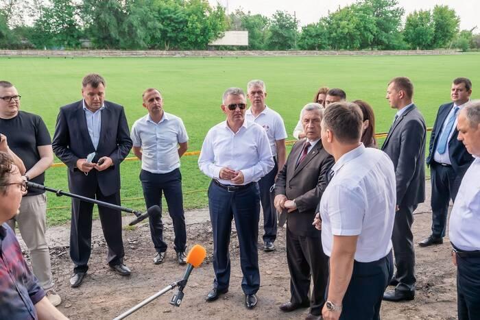 Ход ремонтно-строительных работ на стадионе в Чобручах оценил Президент
