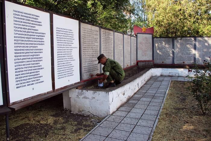 Казаки-пограничники облагородили Мемориал Славы на Ближнем Хуторе