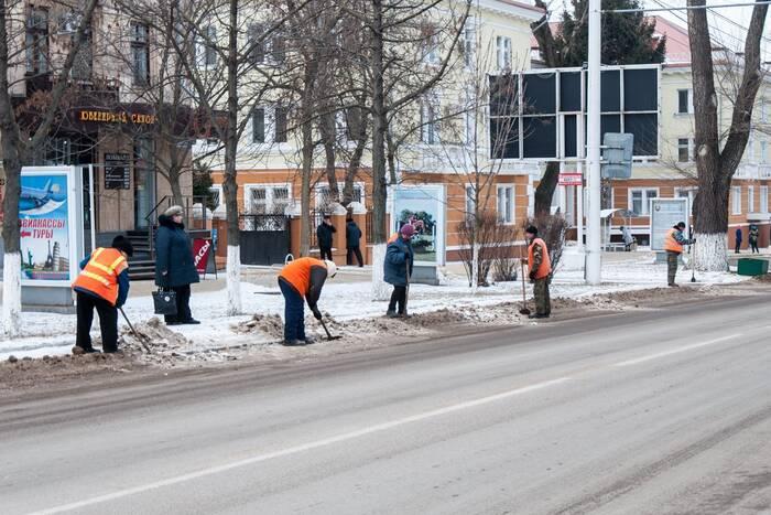 Накануне в борьбе со снегом были задействованы почти 600 коммунальщиков и более 80 единиц техники