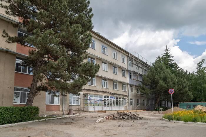В Дубоссарах ремонтируют фасад здания центральной поликлиники