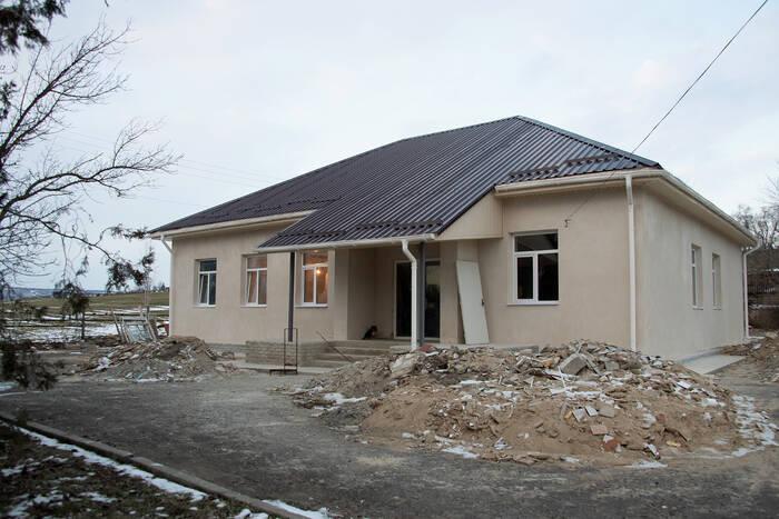 Президент поручил завершить ремонт амбулатории в селе Янтарное к 1 сентября