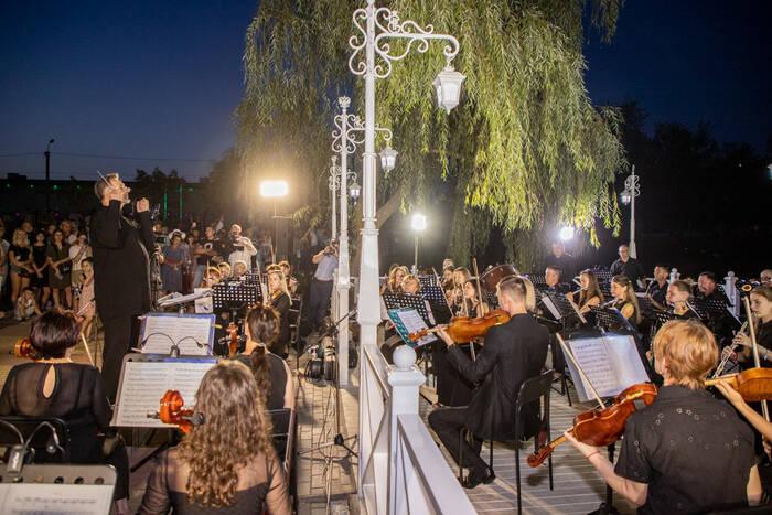 Президент рекомендовал творческим коллективам чаще давать концерты в парках