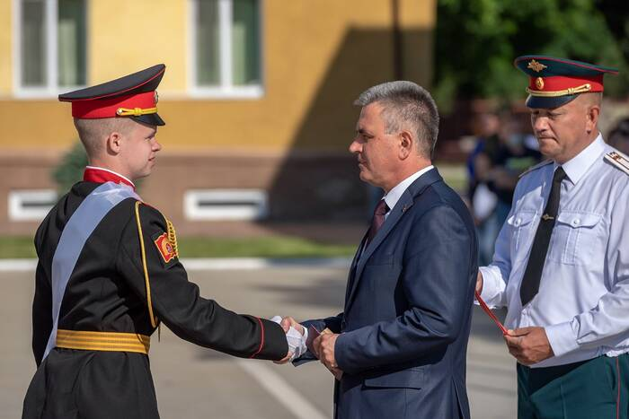 Президент Вадим Красносельский поздравил выпускников Суворовского училища