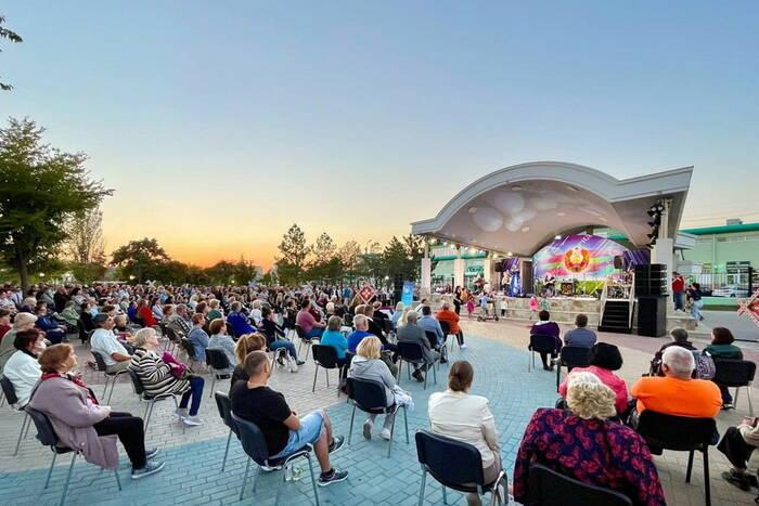 Российские артисты дали большой концерт в столичном Екатерининском парке