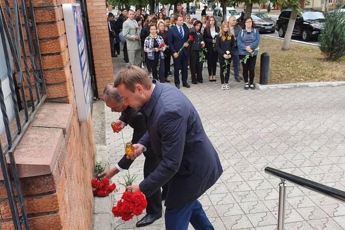 Руководство Правительства и Верховного Совета возложило цветы к зданию консульского пункта РФ в Тирасполе