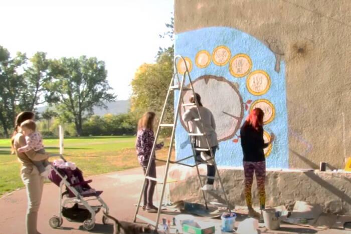 Рыбницкие волонтёры разукрасили стену сельской школы эко-граффити