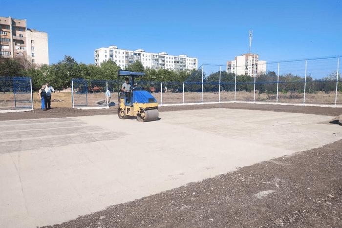 В Первомайске строят теннисный корт