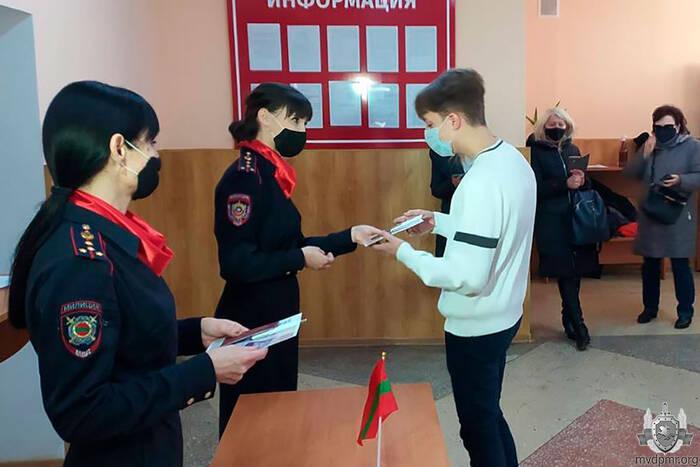 Более 40 юных приднестровцев получили первые паспорта