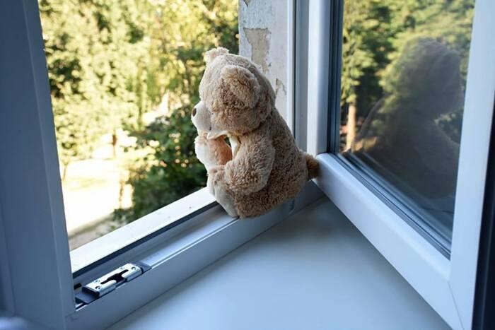 В Суклее 3-летний мальчик выпал из окна 4-го этажа