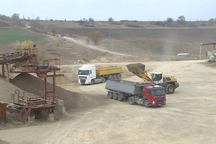 Штрафы для водителей грузовиков, перевозящих песчано-гравийную смесь, пересмотрят