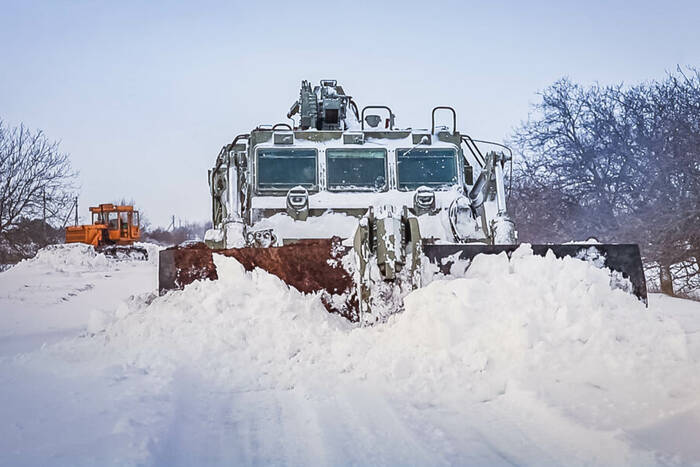 Военнослужащие и техника Минобороны задействованы в расчистке трассы Бычок - Первомайск