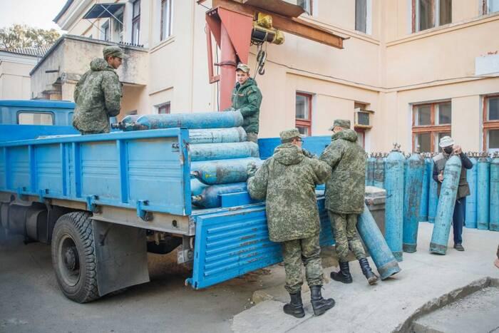 Военнослужащие Минобороны доставляют баллоны с медицинским кислородом в РКБ